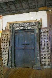 Grande porte indienne avec son encadrement