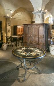 """""""Lys"""" table ronde en marqueterie de pierres dures"""
