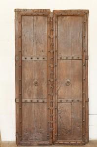 Portes de maison forte provenant du Rajasthan. XVII ème siècle. En bois lourd, d'une très belle patine.