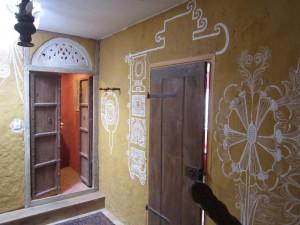 un lieu crée à samarkande avec des enduits de chanvre et chaux et décors peints à la main.