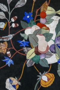 table basse carrée, adaptation d'un décor ancien style Renaissance florentine. Réalisée avec une grande profusion de pierres dures et semi-précieuses. Plateau en marbre noir, jaspe rouge, Quartz rose, gar, onyx vert et jaune, jade vert,lapis-lazuli.