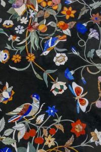 table basse carrée, adaptation d'un décor ancien style Renaissance florentine.Réalisée avec une grande profusion de pierres dures et semi-précieuses. Plateau en marbre noir, jaspe rouge, jade vert, lapis-lazuli.