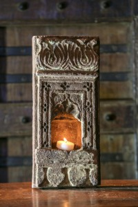 Petite niche sculptée provenant du Rajasthan. Pierre ornementée porte-lampe en grès rose.