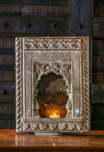 Petite niche sculptée provenant du Rajasthan. Pierre porte-lampe ornementée