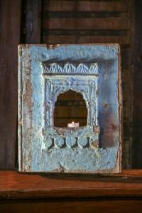 Petite niche sculptée provenant du Rajasthan. Pierre porte-lampe ornementée anciennement peinte, garde les restes d'un bleu ciel