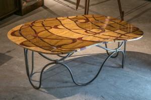 """table basse """"écorce"""" au motif contemporain, création de Samarkande ."""