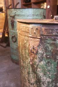 Anciennes réserves à grain  détail de la polychromie et de la patine