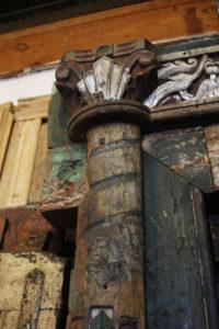 Encadrement de porte d'entrée, Rajasthan. Détail du chapiteau avec ses sculptures et sa polychromie