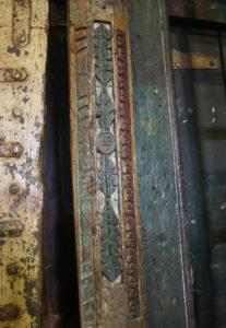 Porte ancienne avec son encadrement Rajasthan. Détail du des sculptures polychromes des montants