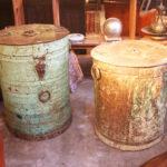 Anciennes réserves à grain en fer. Peintes, l'une conserve presque intacte sa dernière couche de peinture, l'autre présente un aspect plus usé.