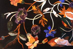 """Table basse """"Rinascimento"""" détail: couleurs chaude d'automne pour cette table de style Renaissance florentine"""