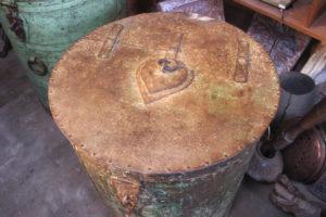 Réserve à grain en fer peint, Rajasthan. Détail du couvercle en fer avec sa belle patine