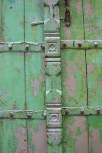 La superposition de couleurs qui lui confère une allure de tableau contemporain, comme on le voit dans ce détail. Les verts et les gris violets excitent le regard.
