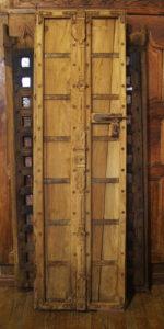 Porte ancienne XIXe siècle, Rajasthan, Inde. En teck doré. Cette porte présente la particularité d'être très étroite.