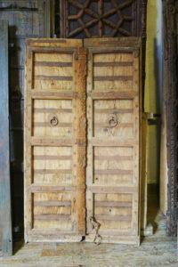 Précédemment peintes elles nous parviennent soigneusement décapées et laissent apparaitre un joli bois de teck doré.
