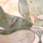 détail des pierres: travertin jaune pour la base, jade vert et lapislazuli