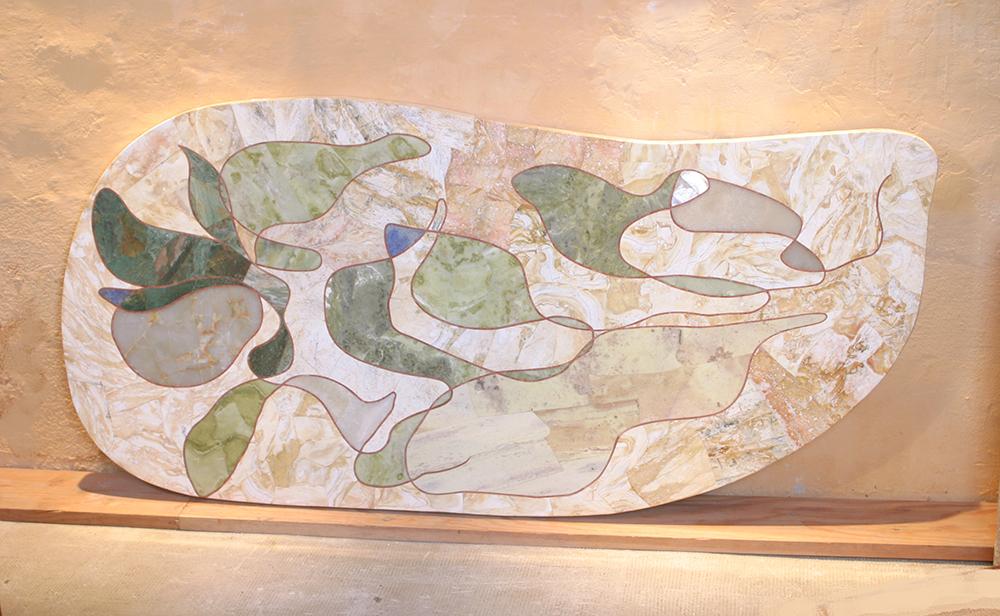 travertin jaune pour la base, le graphisme est souligné en jaspe rose, les feuilles en jade vert et lapislazuli