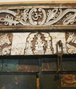 Détail du linteau est sculpté avec des motifs ornementaux et animaliers