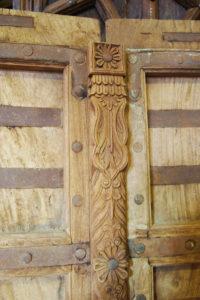 détail des sculptures en bois exotique