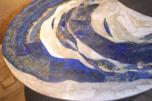 """""""Vague"""" détail du plateau: lapis-lazuli avec ses inclusions d'or et travertin"""