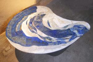 Le plateau avec des pièces de lapis-lazuli de différentes origines et couleurs du bleu intense au bleu clair tacheté de blanc et d'or.